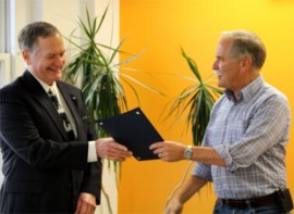 Commissioner Goldmark presents Tom Faubion a 2012 Volunteer Hero award. Photo: Bryan Flint, DNR.